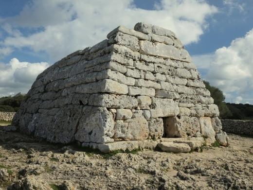 La naveta des Tudons es una de las construcciones talayóticas más importantes que se conservan en Menorca