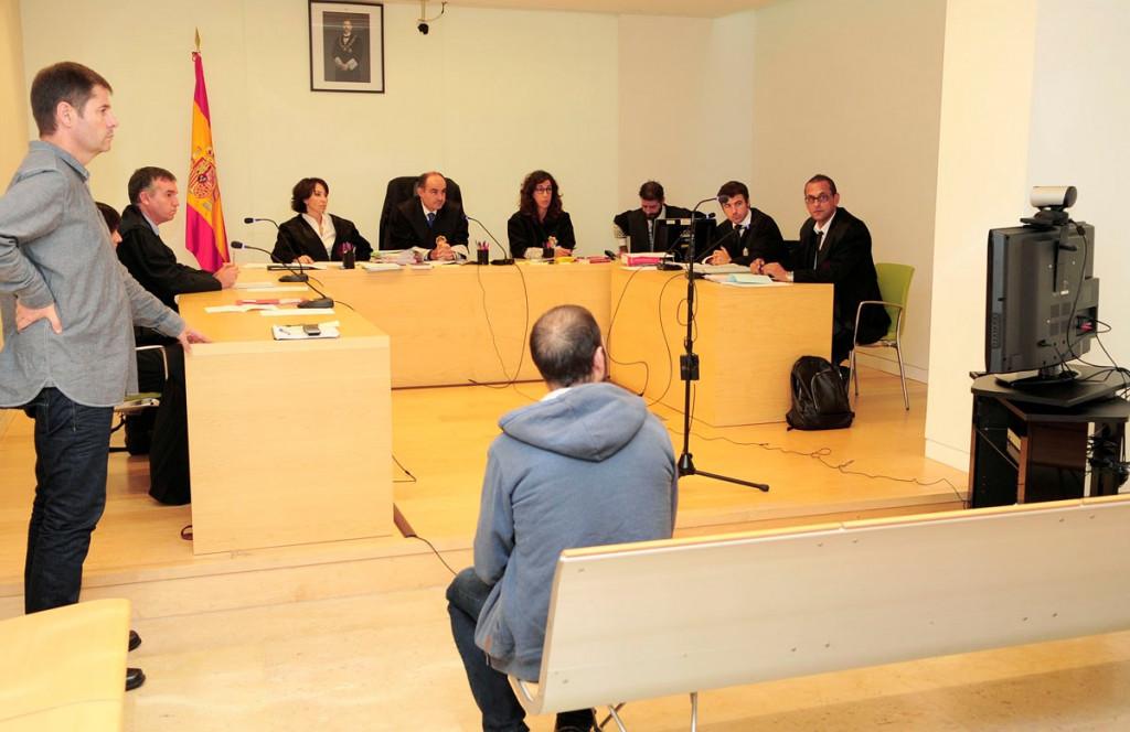 Al juicio en Maó sólo se presentó uno de los acusados. El otro siguió la vista por videoconferencia.