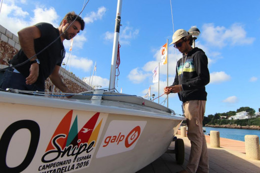 Tripulaciones ultimando los detalles de sus embarcaciones.