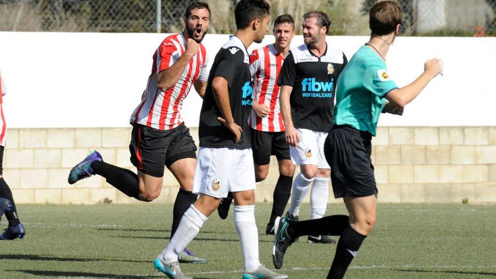 Salva celebra el gol del empate del Mercadal (Fotos: Tolo Mercadal)