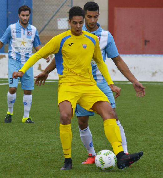 Chris controla un balón ante un jugador del Alcúdia (Fotos: futbolbalear.es)