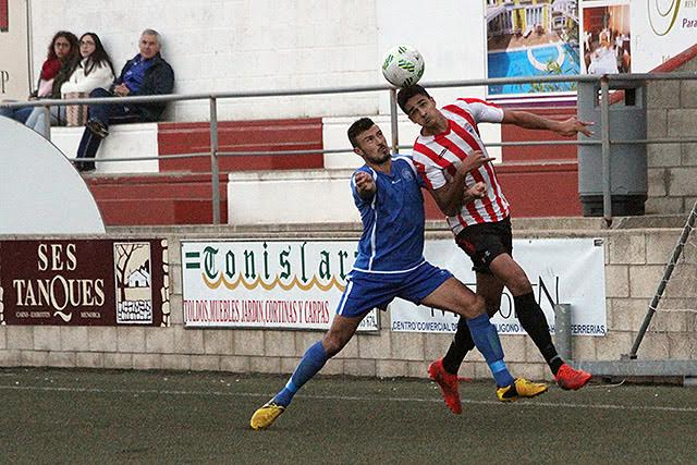 Chris trata de sortear a un adversario (Fotos: deportesmenorca.com)
