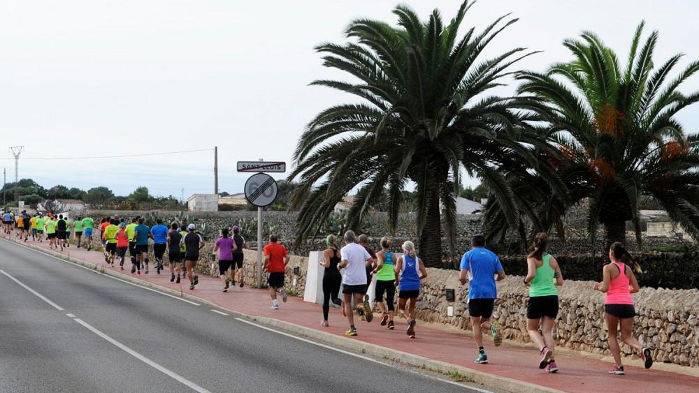 Los atletas, por el carril bici de Sant Lluís.