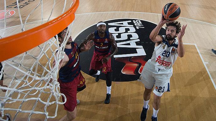 Llull lanza a canasta en el partido ante el Barça (Foto: Euroliga)