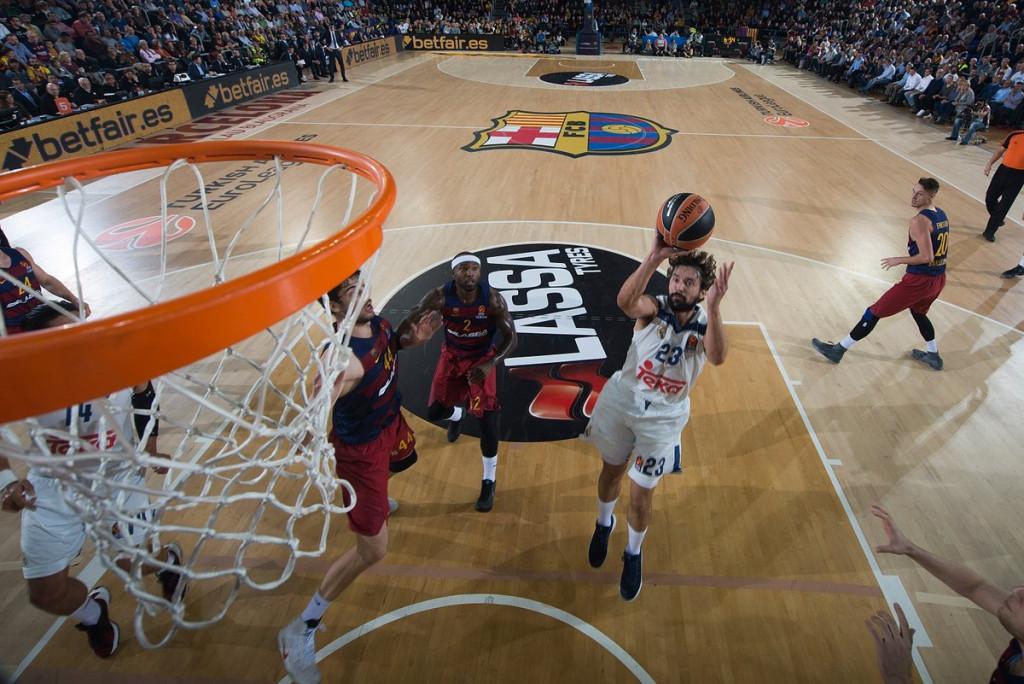 Llull lanza a canasta en una acción del partido (Foto: acb.com)