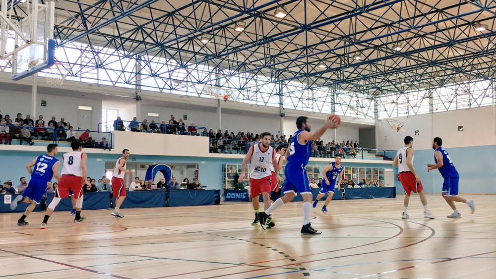 Sergio Muñoz postea en una imagen del partido (Fotos: Bàsquet Menorca)