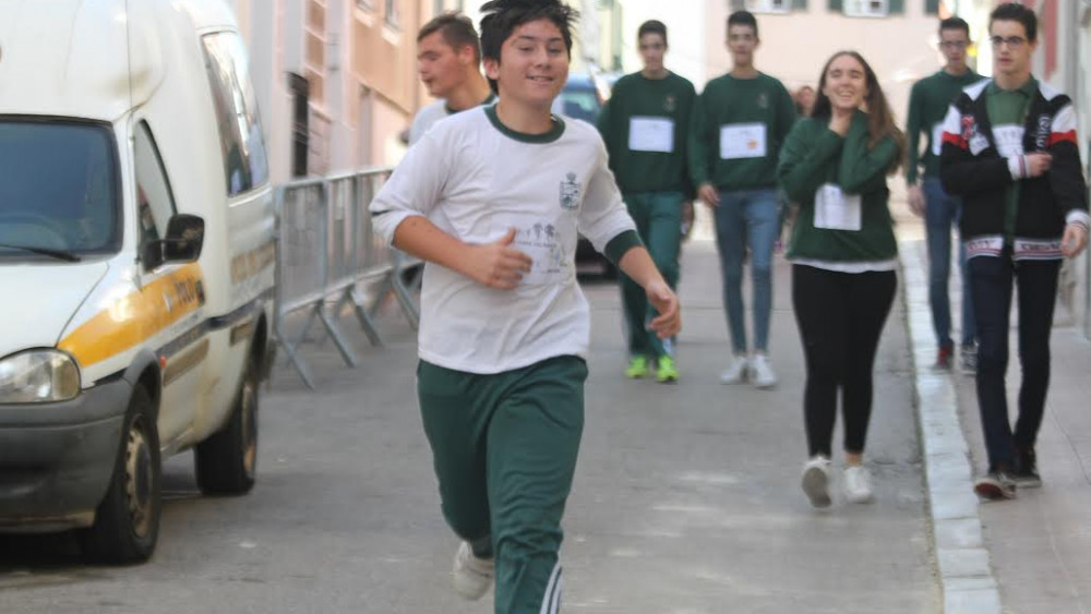 Un joven corriendo.