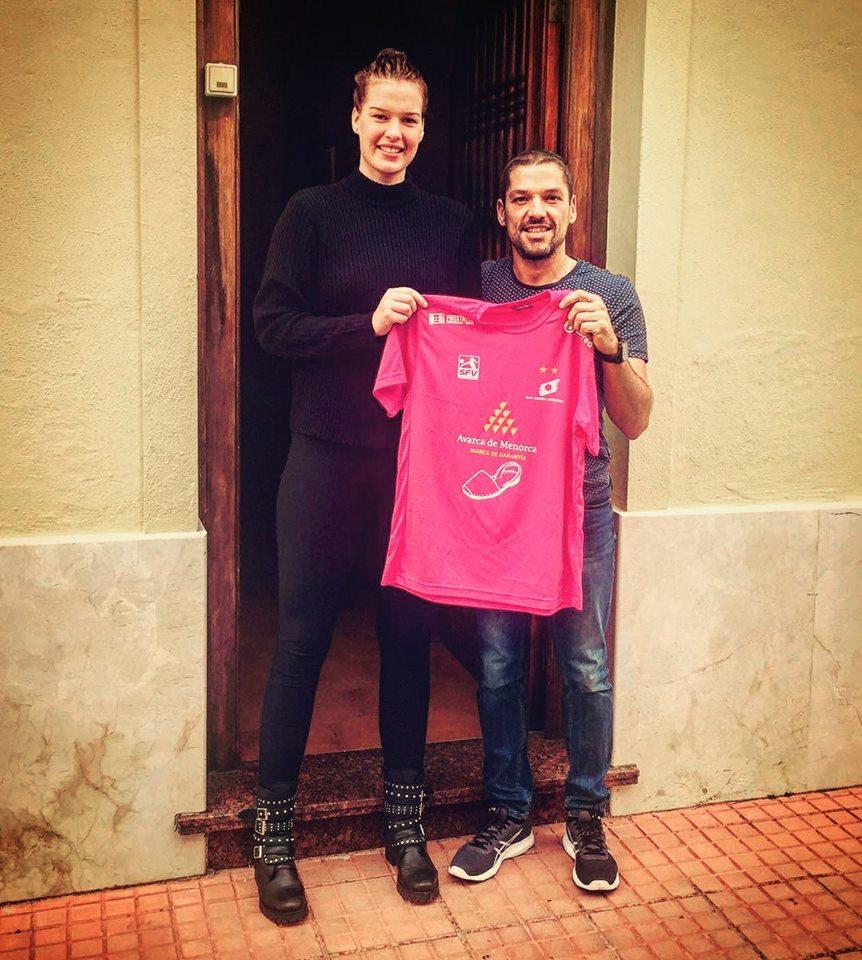 Miedema, junto a Bep Llorens posando con la camiseta del Avarca (Foto: Vòlei Ciutadella)