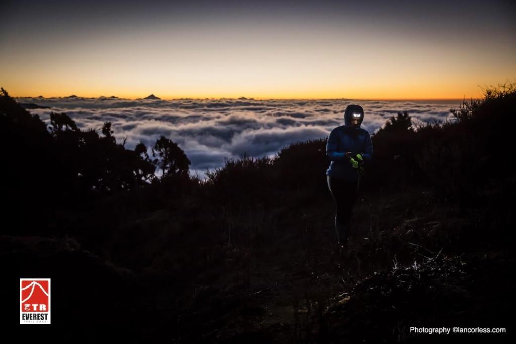 Espectacular imagen de la carrera al caer la noche (Fotos: Ian Corless)