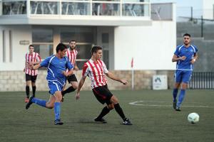 Raúl Marqués desplaza un balón.