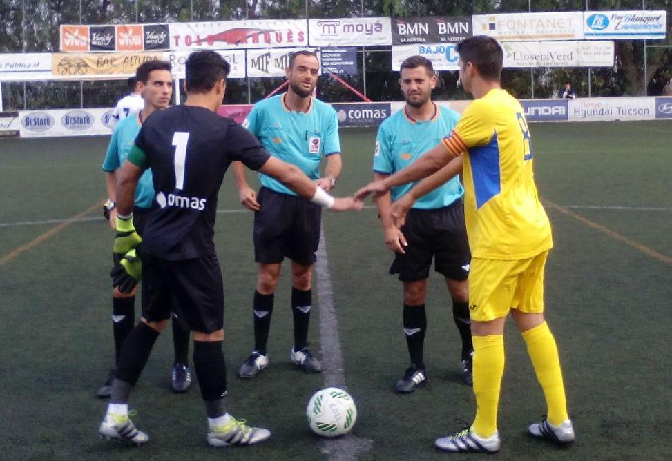 Robert, en el saludo de capitanes (Fotos: futbolbalear.es)