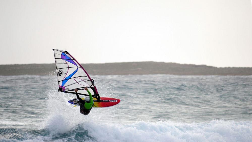 Imagen espectacular de uno de los windsurfistas en Punta Prima (Fotos: Rafuny)