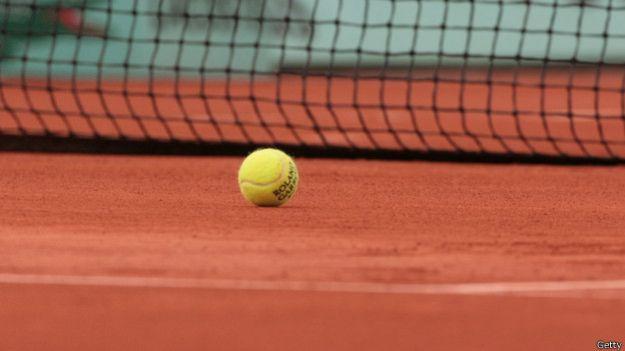 Pelota en una pista de tenis.