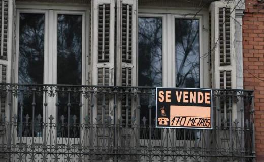"""Cartel de """"Se Vende"""" en una casa."""