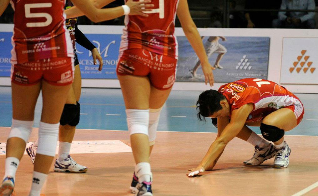 Noelia Sánchez se lamenta tras un punto (Foto: Tolo Mercadal)