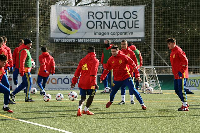 Imagen del entrenamiento de España sub 17 este miércoles en Maó (Fotos: deportesmenorca.com)