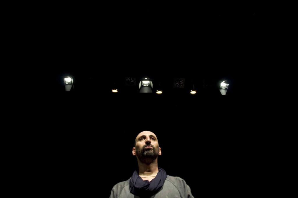 Imagen del monólogo representado por el actor Toni Gomila.