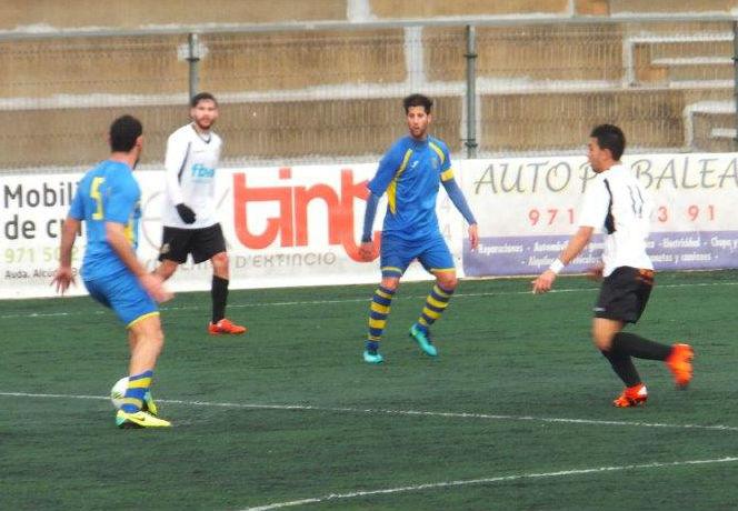 Biel Medina conduce el balón.