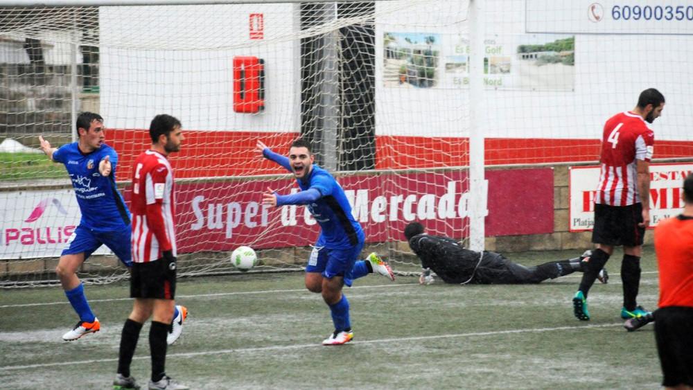 Imagen de uno de los goles del Ferriolense (Fotos: Tolo Mercadal)