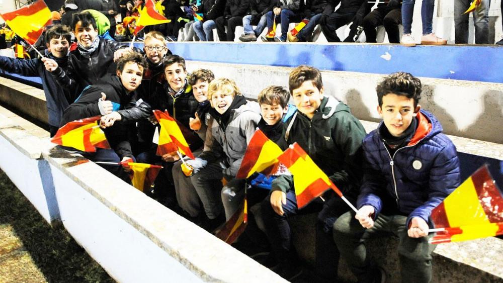 Los pequeños, con banderas.