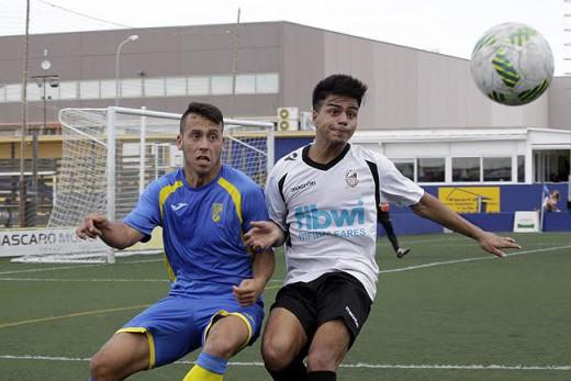 Quel Enrich pelea un balón con un adversario (Foto: deportesmenorca.com)