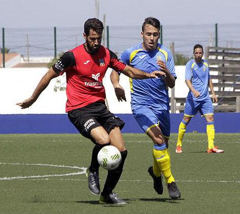 Quel Enrich disputa un balón a un jugador del Formentera.