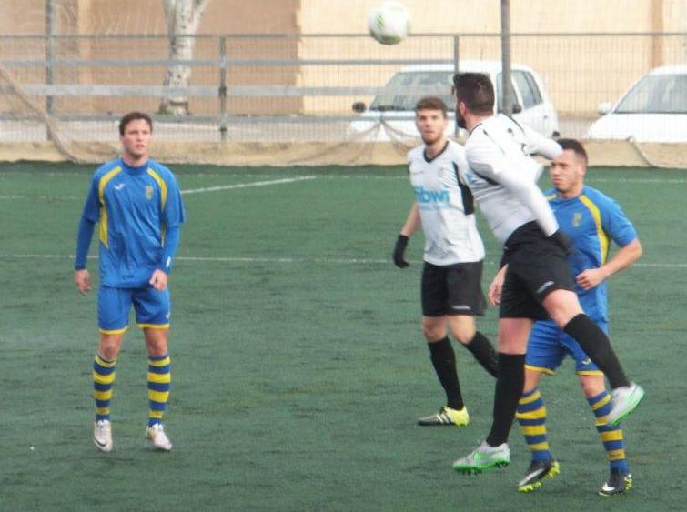 Un jugador del Constància despeja un balón ante Quel y Carlos (Fotos: futbolbalear.es)