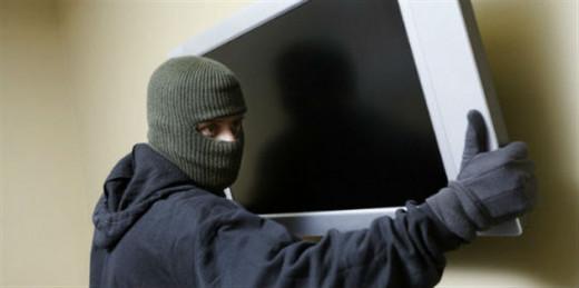 """Los """"cacos"""" fueron interceptados mientras cargaban el televisor."""