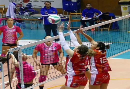 Rosalía Alonso salta a por un bloqueo ante el Haris (Foto: Miquel Moll)