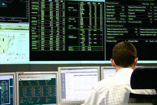 Trabajador en una sala de control de Endesa.