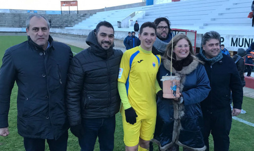Robert, recogiendo un trofeo tras el partido con motivo de las fiestas de Sant Antoni (Foto: futbolbalear.es)