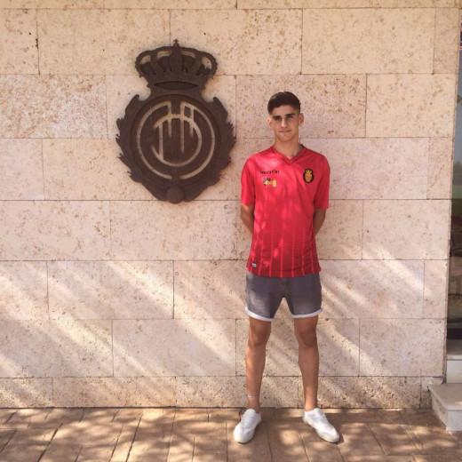 Xavi Sintes, junto al escudo del Real Mallorca en Son Bibiloni.