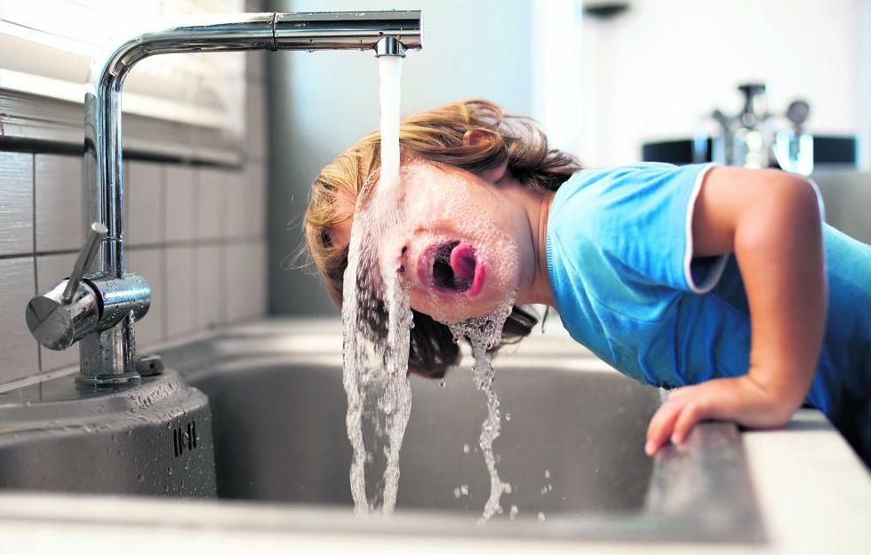 Evaluarán la calidad del agua y su efecto sobre el consumo de botellas plásticas de agua