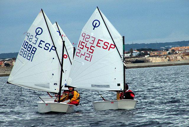 Imagen de archivo de una regata de la clase Optimist (Foto: deportesmenorca.com)