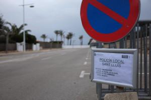 La señalización de la policía local de Sant Lluís advierte del inminente rodaje. (Foto: D.A.)