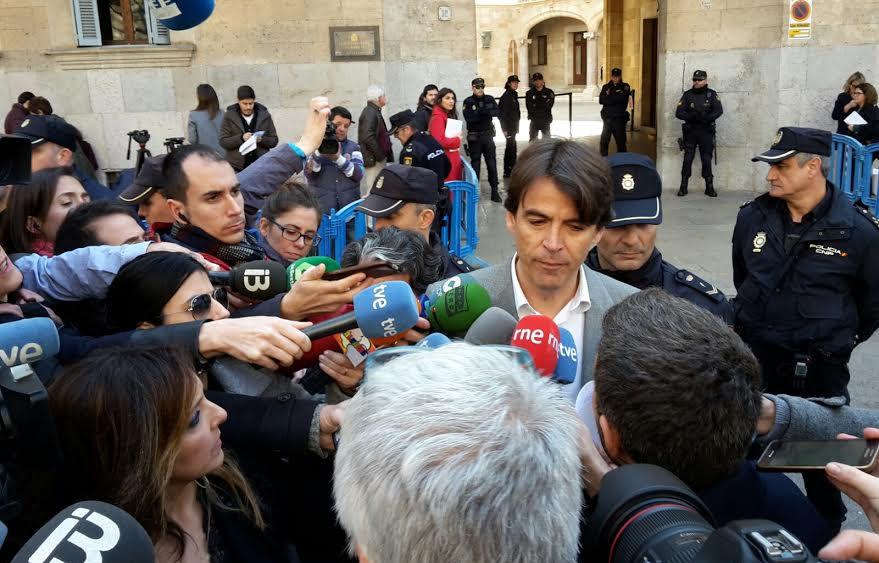 El abogado de la infanta Cristina, declarando ante los periodistas.