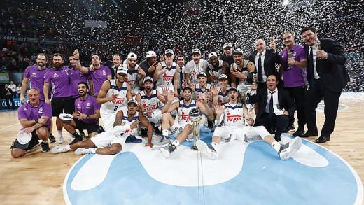 Sergio Llull y Alex Suárez, con el trofeo de Copa (Foto: ACB Photo)
