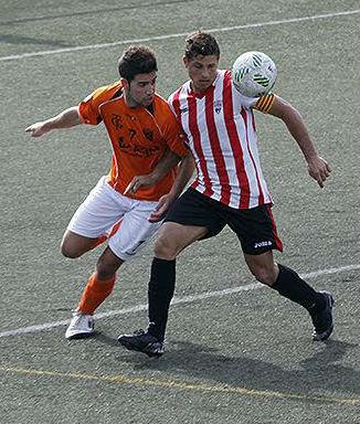 David Mas pelea con un jugador del Platges de Calvià.