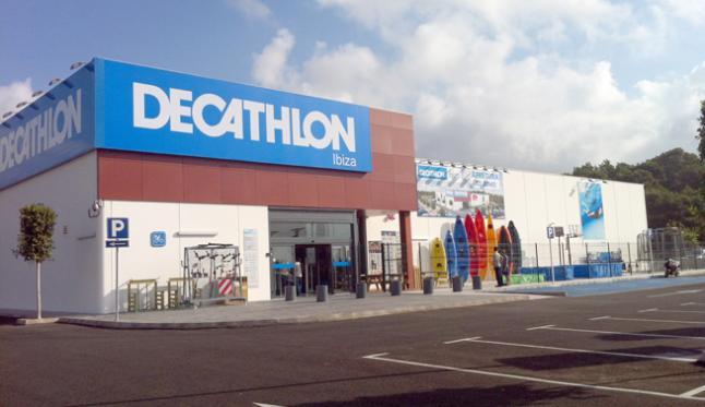 Fachada de la tienda de Decathlon en Ibiza.
