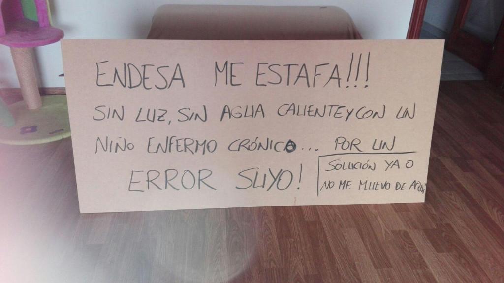 Cartel con el que la mujer se ha encerrado en las oficinas (Foto: Obra Social Menorca)