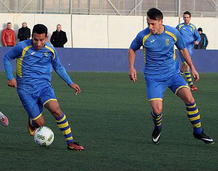 Fabricio avanza ante la mirada de Quel (Foto: deportesmenorca.com)