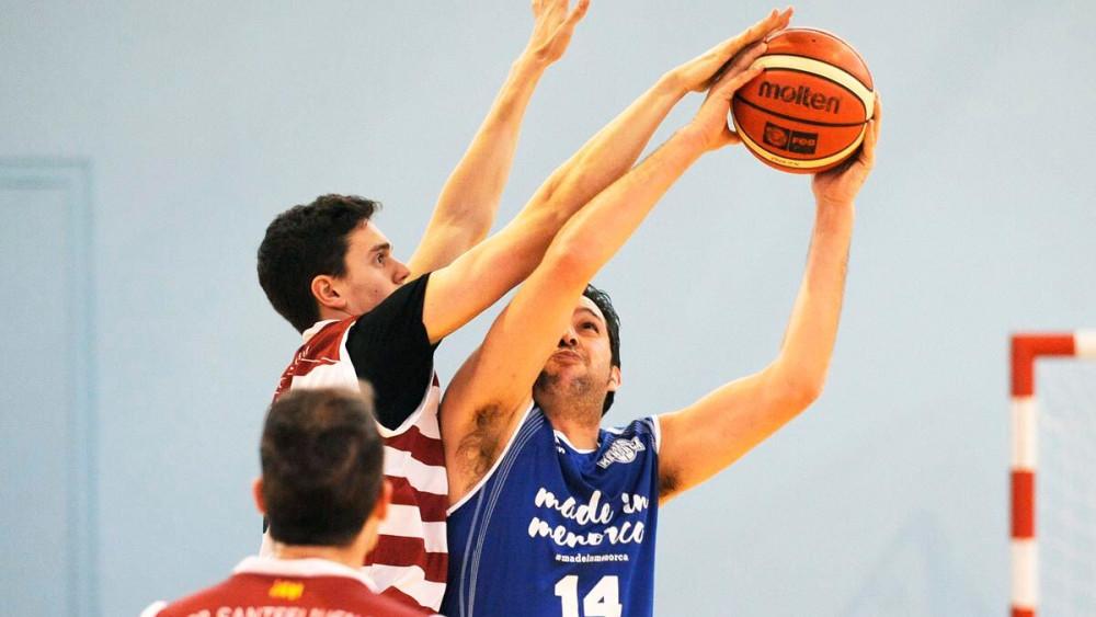 Murillo trata de lanzar a canasta (Foto: Tolo Mercadal)
