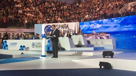 Rajoy, en pleno discurso con Favàritx de fondo.
