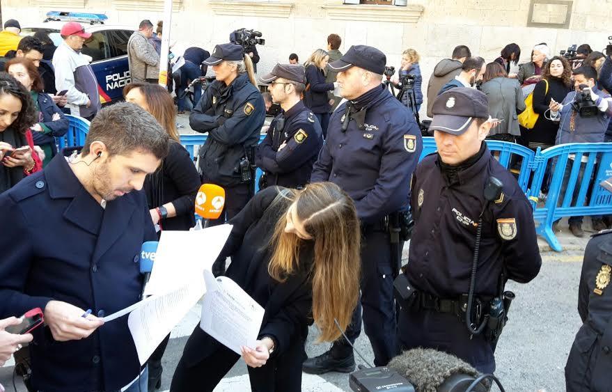 Periodistas y policías.