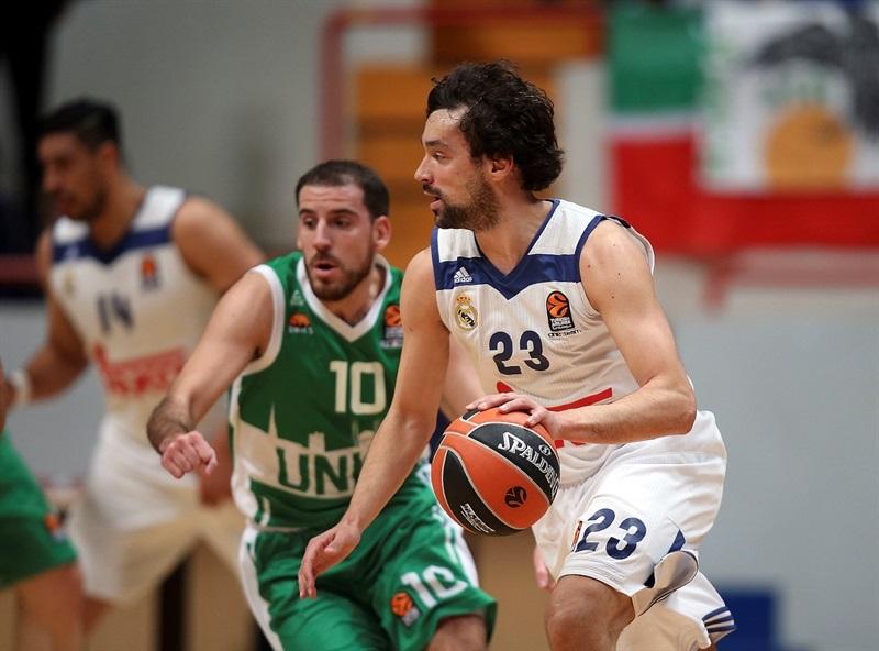 Llull bota la pelota ante Quino Colom (Foto: Euroliga)