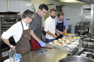Cocineros elaborando platos.
