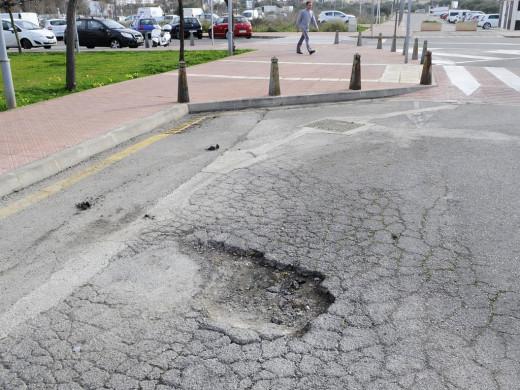 (Fotos) Baches de órdago: peligro para las ruedas de los coches