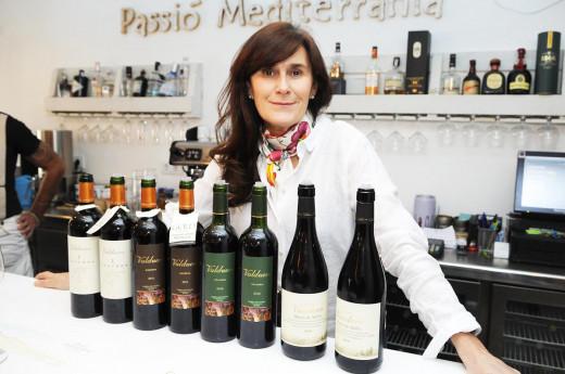 Yolanda García, posando junto a los vinos (Fotos: Tolo Mercadal)