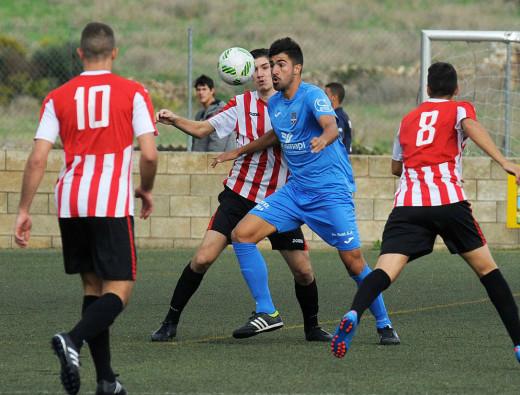 Biel, ante un jugador del Formentera.