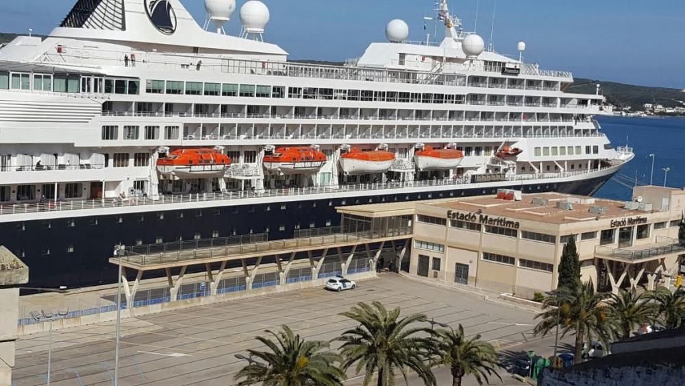 Imagen del crucero atracado en Maó.